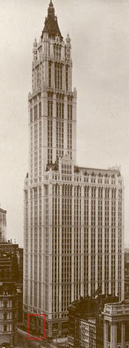 An early photo view of the Woolworth Building in Broadway Place, New York. The red box highlights the area shown in the more detailed photograph on the left